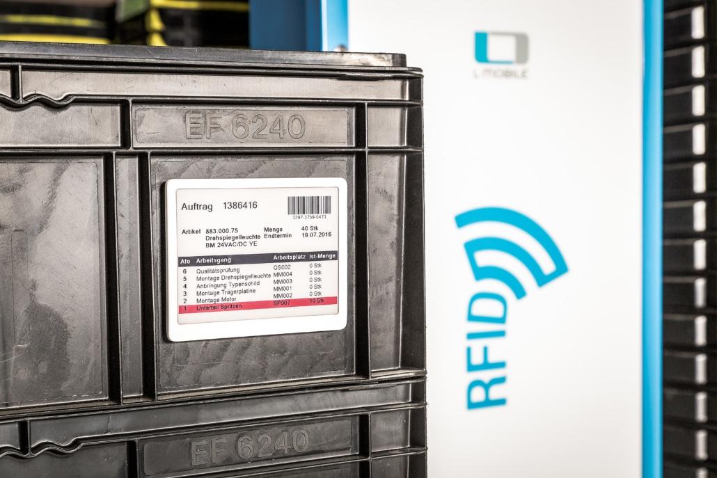 L-mobile RFID Auto-ID Technologie RFID-Gate im Hintergrund
